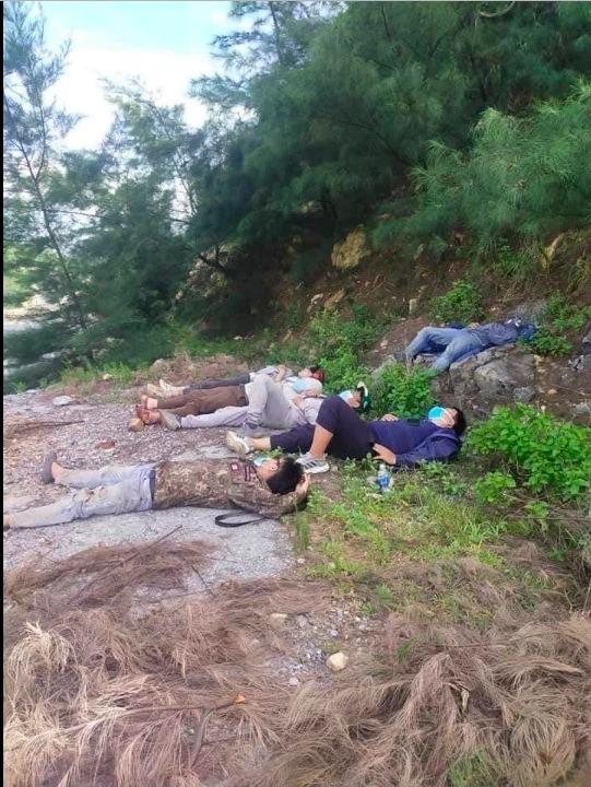 Thấy nhóm người đi xe máy từ TP.HCM về Nghệ An ngủ bên vệ đường, anh thợ hồ có hành động ấm lòng 1