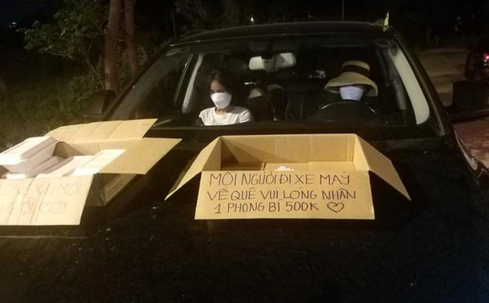 Xúc động hình ảnh người phụ nữ đợi từ đêm đến sáng để tặng người dân về quê tránh dịch mỗi người 500k 2