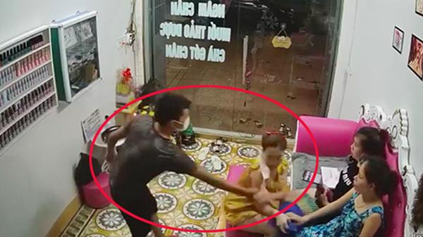 Thanh niên xông vào tiệm nail hỏi cắt tóc gội đầu rồi giở trò biến thái với nữ chủ tiệm 1