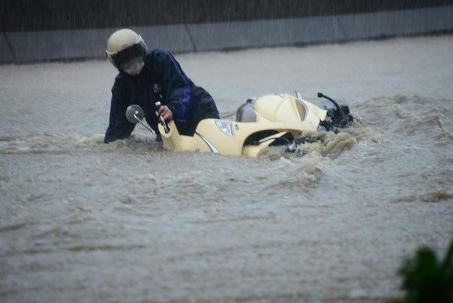 Quảng Ninh: Mưa lớn khiến nhiều tuyến đường ngập úng, quân đội phải điều xe đón học sinh 5