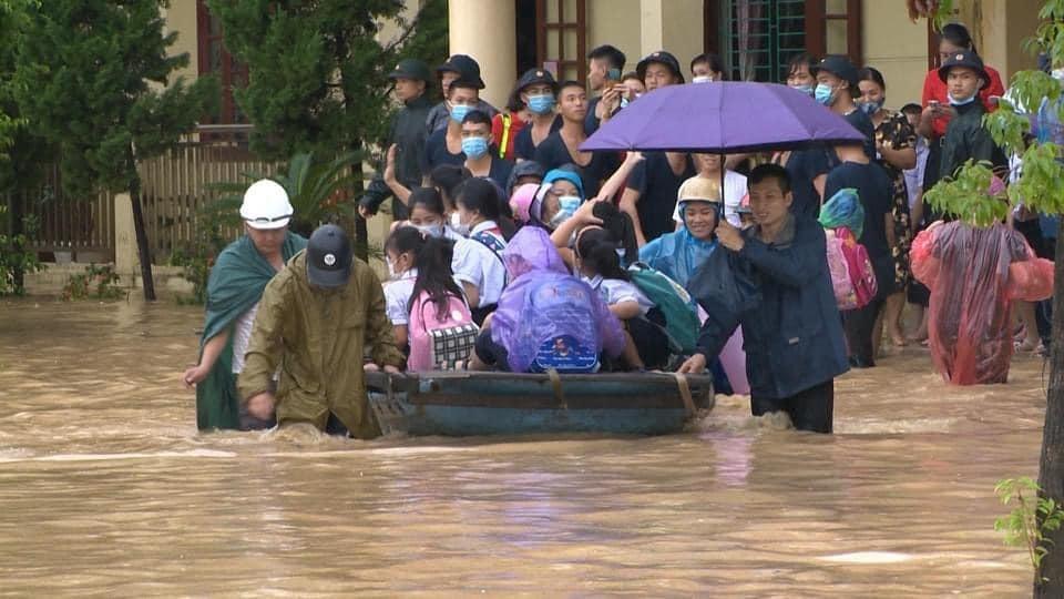 Quảng Ninh: Mưa lớn khiến nhiều tuyến đường ngập úng, quân đội phải điều xe đón học sinh 4