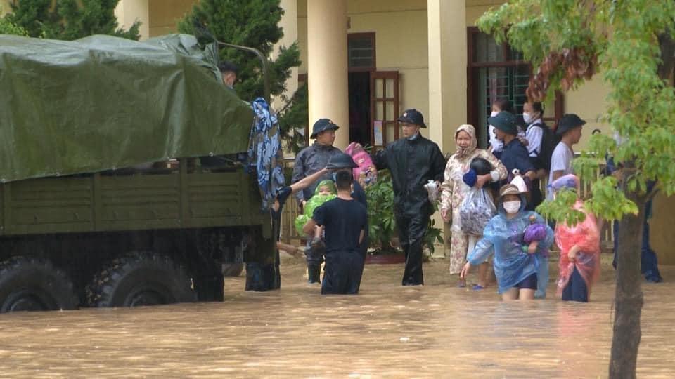 Quảng Ninh: Mưa lớn khiến nhiều tuyến đường ngập úng, quân đội phải điều xe đón học sinh 3