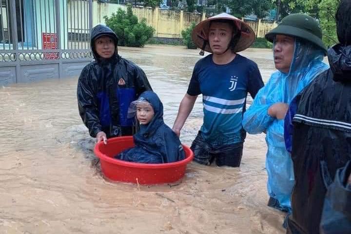 Quảng Ninh: Mưa lớn khiến nhiều tuyến đường ngập úng, quân đội phải điều xe đón học sinh 1
