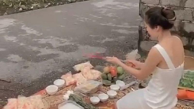 Người phụ nữ tới trước nhà 'con nợ' thắp hương cúng bái khiến công an phải can thiệp 2