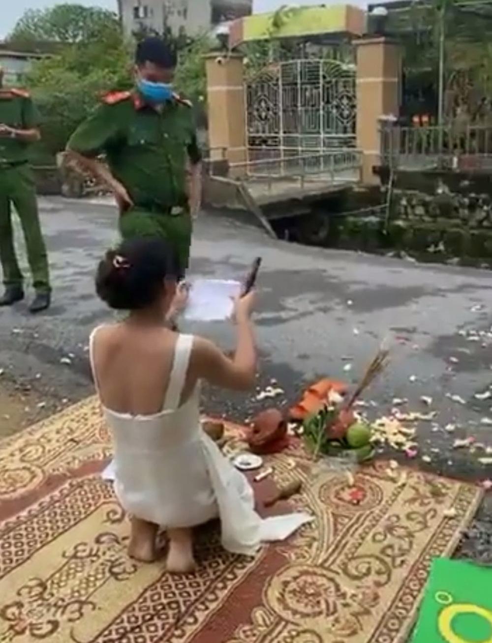 Người phụ nữ tới trước nhà 'con nợ' thắp hương cúng bái khiến công an phải can thiệp 1