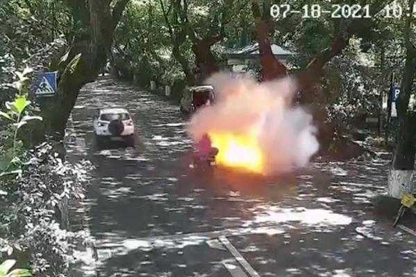 Xe điện đột ngột bốc cháy, 2 bố con bị thiêu rụi quần áo 1