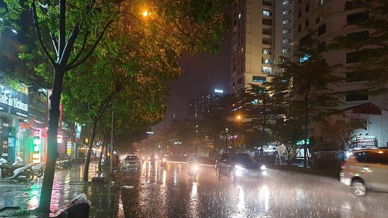 Cảnh báo đêm nay mưa dông cục bộ, kèm theo lốc, gió giật mạnh trên cả nước 1