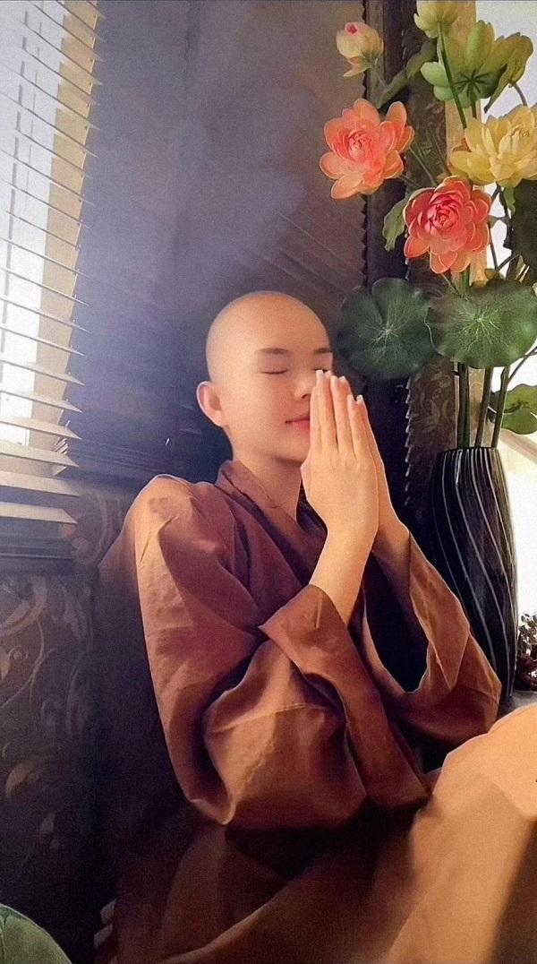 Người mẫu Ngọc Trinh cạo đầu, quy y cửa Phật ở tuổi 25 hậu trầm cảm 2