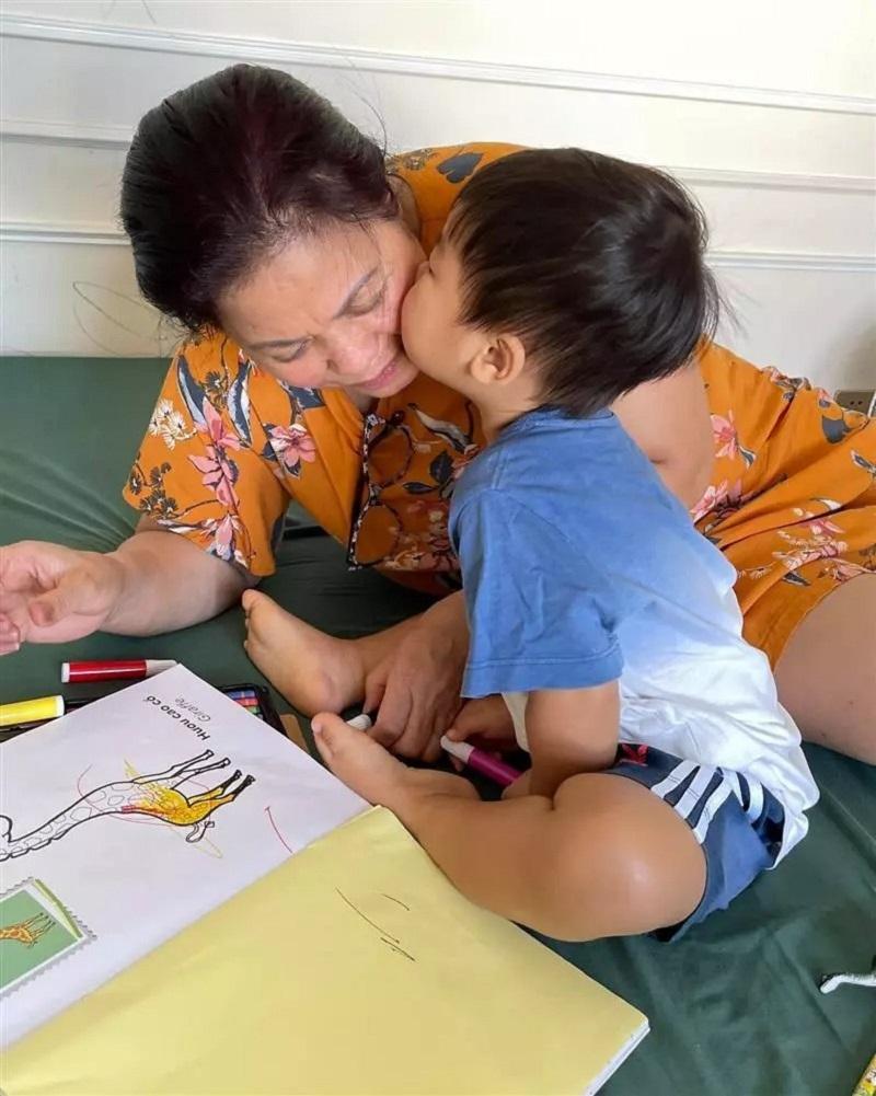 Chưa tròn 2 tuổi, con trai Hòa Minzy đã được bà nội ưu ái lớn thế này 6