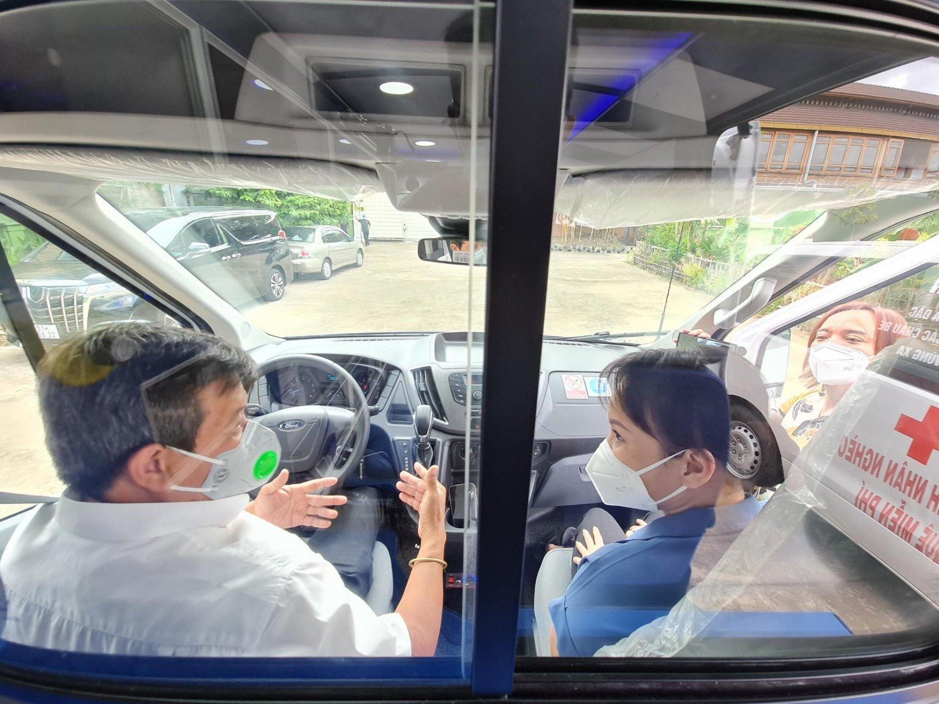 Ông Đoàn Ngọc Hải xúc động nhận xe Việt Hương tặng, không quên hé lộ về cách xử lý nhân văn với chiếc xe cũ 5