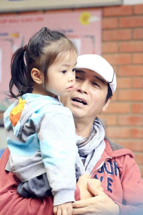 Đằng sau phong độ U70 của danh ca Nguyễn Hưng là người vợ kín tiếng, từ bỏ cơ đồ để làm 'quân sư' thầm lặng 6