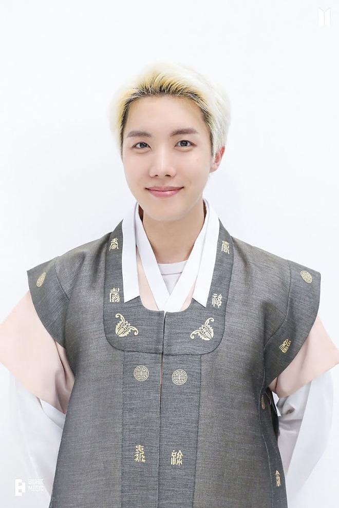 Sao Kbiz nô nức trong Tết Trung thu: BTS cực bảnh với Hanbok, Lisa bánh bèo 5