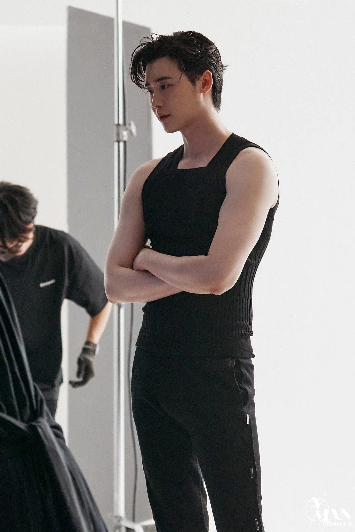 Lee Jong Suk lộ loạt ảnh thân hình như tượng tạc, thần thái 'bao ngầu' với ánh mắt có khả năng 'chế ngự' triệu trái tim 3