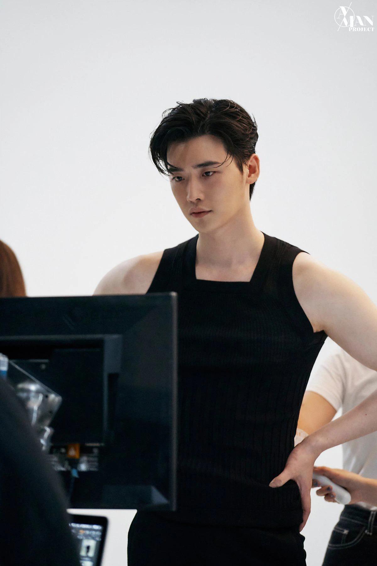 Lee Jong Suk lộ loạt ảnh thân hình như tượng tạc, thần thái 'bao ngầu' với ánh mắt có khả năng 'chế ngự' triệu trái tim 4