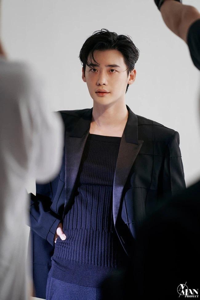 Lee Jong Suk lộ loạt ảnh thân hình như tượng tạc, thần thái 'bao ngầu' với ánh mắt có khả năng 'chế ngự' triệu trái tim 2