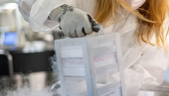 Vì sao vaccine Pfizer, Moderna có nhiều cũng không thể phân phối diện rộng? 1