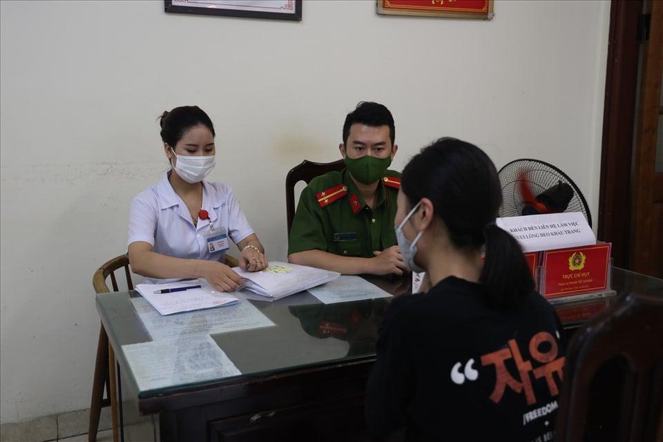 Bất chấp chỉ thị 16, cô gái HN vẫn dắt chó đi dạo và bị phạt 2 triệu đồng 2