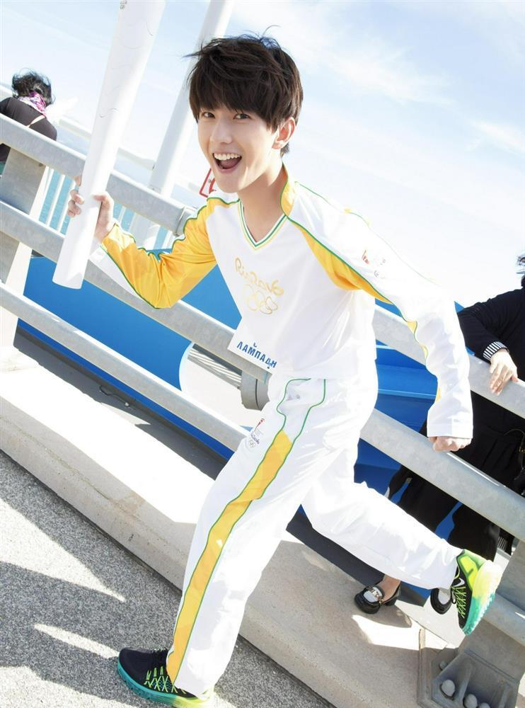 Bộ ảnh Dương Dương rước đuốc Olympic khiến CĐM 'xỉu up xỉu down' vì nụ cười thanh thuần 3