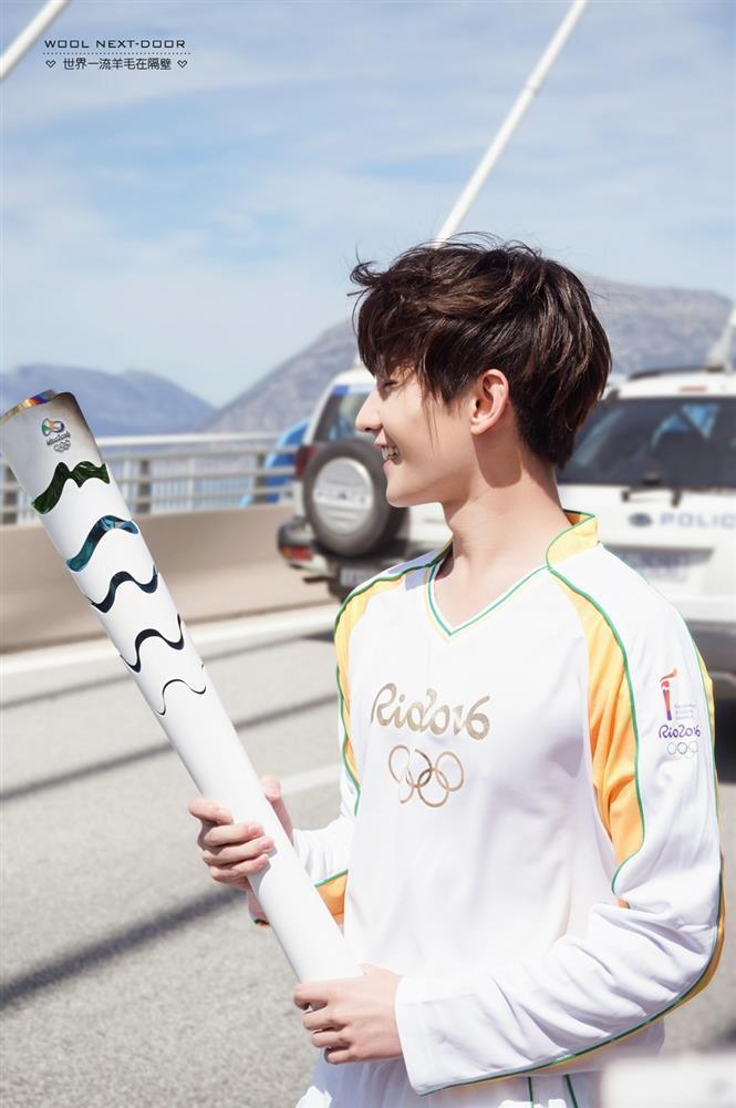 Bộ ảnh Dương Dương rước đuốc Olympic khiến CĐM 'xỉu up xỉu down' vì nụ cười thanh thuần 2