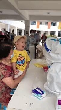 Hành động bất ngờ của nhân viên y tế khi em bé hoảng hốt vì lấy dịch họng 1