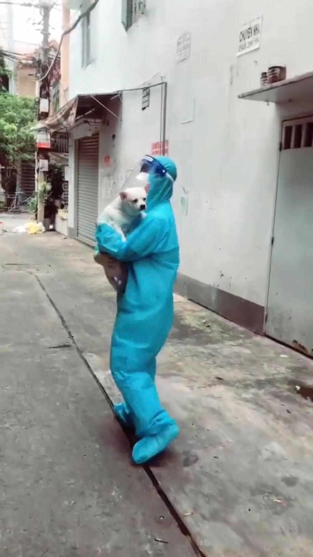 'Dở khóc dở cười' nữ TNV đi test Covid, 'lãi' thêm 1 chú chó đem về 3