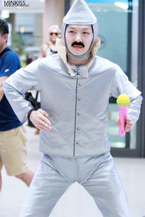 8 gu thời trang sân bay khiến chính fan ruột 'ngây người' của mỹ nam Kpop: Changsub, GD, JHope,.. 8