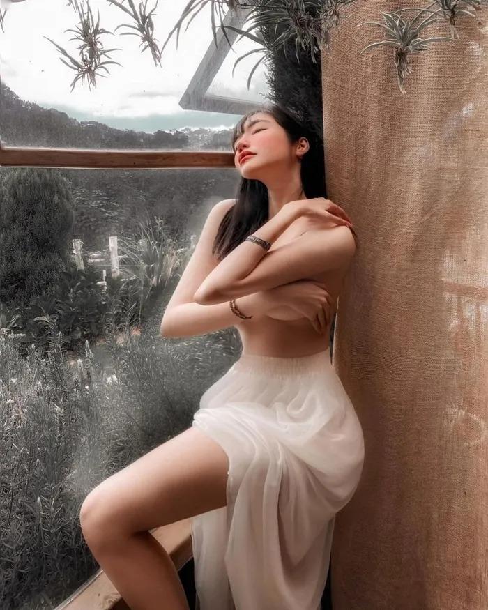 Elly Trần 'để trần' khoe 'gò bồng đào', CĐM nhìn vào nói luôn: 'Hàng giả' 1