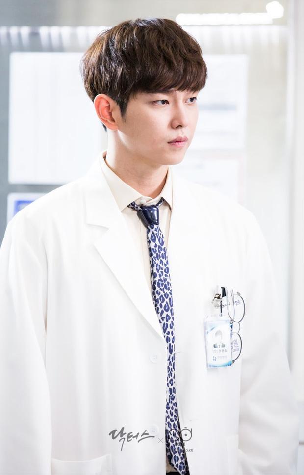 9 nam thần Kbiz khoác blouse trắng: Ahn Hyo Seop, Lee Dong Wook, Lee Jong Suk khiến fan muốn 'khám bệnh' luôn 3