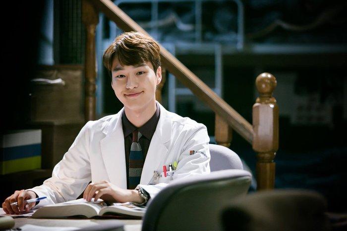 9 nam thần Kbiz khoác blouse trắng: Ahn Hyo Seop, Lee Dong Wook, Lee Jong Suk khiến fan muốn 'khám bệnh' luôn 5