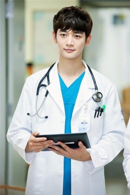 9 nam thần Kbiz khoác blouse trắng: Ahn Hyo Seop, Lee Dong Wook, Lee Jong Suk khiến fan muốn 'khám bệnh' luôn 7