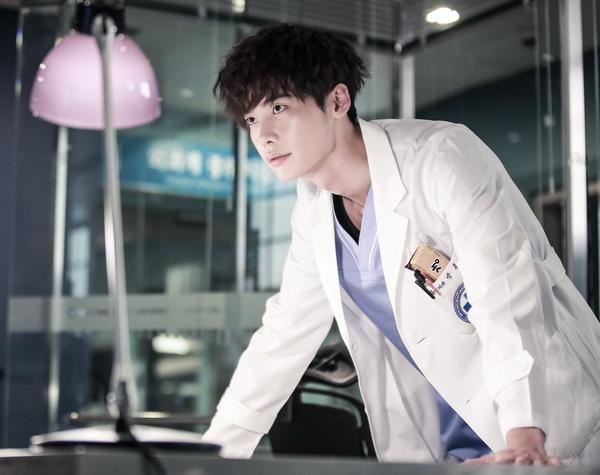 9 nam thần Kbiz khoác blouse trắng: Ahn Hyo Seop, Lee Dong Wook, Lee Jong Suk khiến fan muốn 'khám bệnh' luôn 6