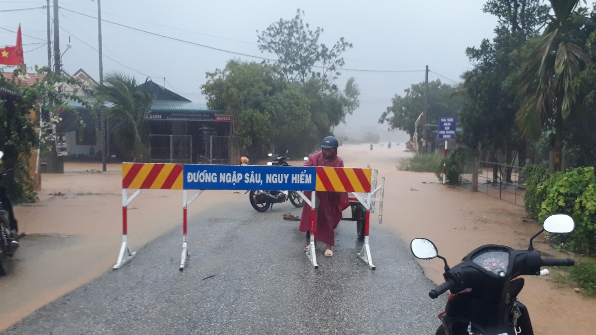 Bão số 5: 45 người kẹt trong rừng Thừa Thiên - Huế; 50 căn nhà tốc mái ở Quảng Trị 2