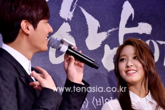4 khoảnh khắc xấu hổ khi Idol nữ 'ngơ ngẩn' vì 'nam thần' Kbiz: Lee Min Ho, Park Bo Gum,.. 'chín mặt' 7