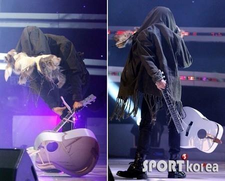 3 Idol phá đạo cụ tốn tiền nhất Kpop: G-Dragon (BIGBANG) 'đọ' BTS màn quăng mic 'cái một'  2