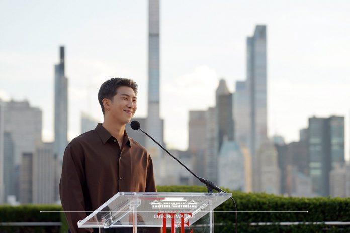 Ý nghĩa không tưởng của 'pin cài áo 17 màu' BTS dùng tại Đại Hội đồng Liên Hợp Quốc  3