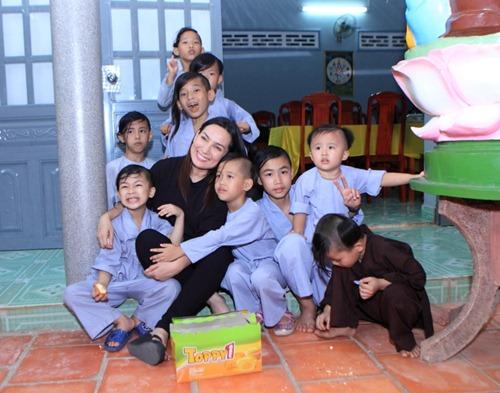 Danh tính người phụ nữ hứa lo liệu tương lai cho các con Phi Nhung 2