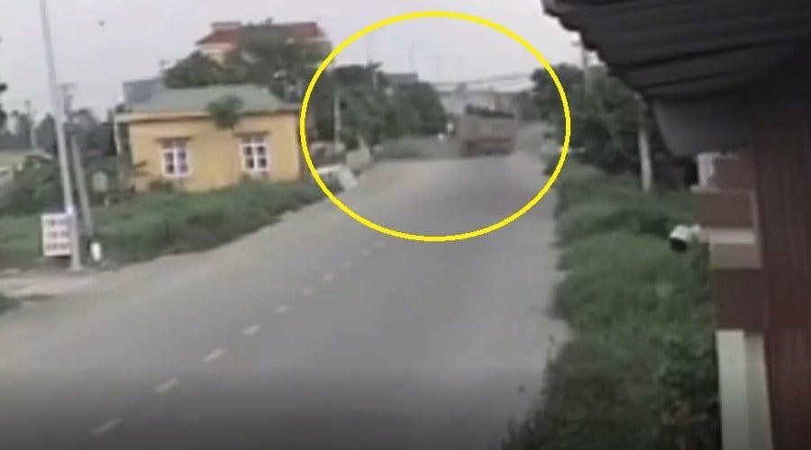 Clip ô tô mất lái nghi của nhóm Youtuber trước khi va chạm 4