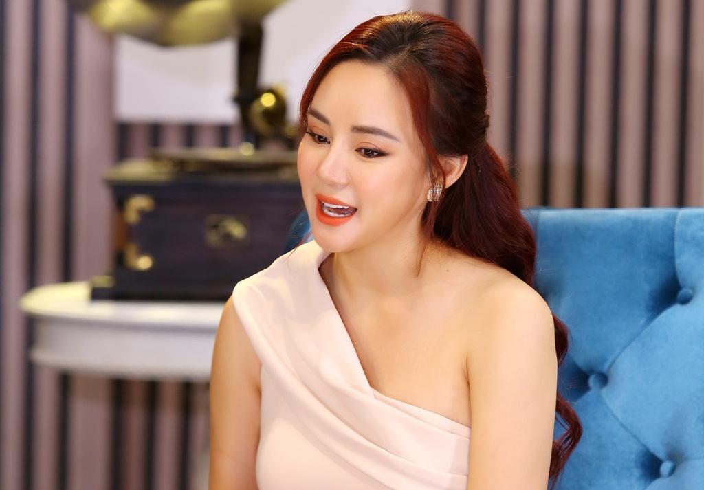 Trang Trần 'gà mẹ' bênh vực Vy Oanh, nhắc 'đòn' học vấn của bà Phương Hằng thẳng trên livestream 2