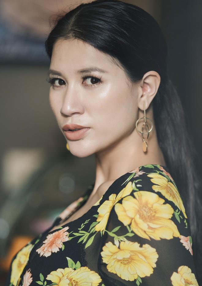 Trang Trần 'gà mẹ' bênh vực Vy Oanh, nhắc 'đòn' học vấn của bà Phương Hằng thẳng trên livestream 1