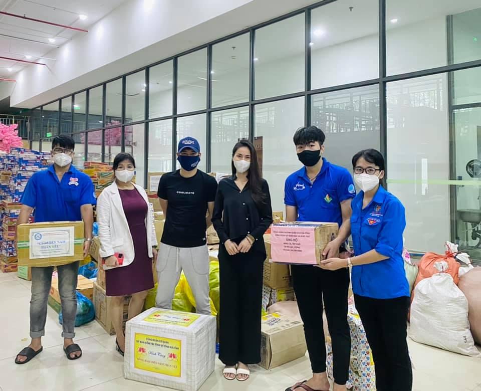 Ca sĩ Thủy Tiên đăng status tranh cãi, bị mắng nhận vơ hơn 1000 tấn lương thực hỗ trợ Sài Gòn 5