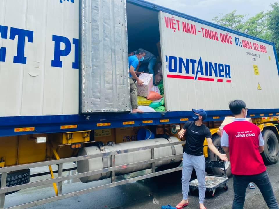 Ca sĩ Thủy Tiên đăng status tranh cãi, bị mắng nhận vơ hơn 1000 tấn lương thực hỗ trợ Sài Gòn 2