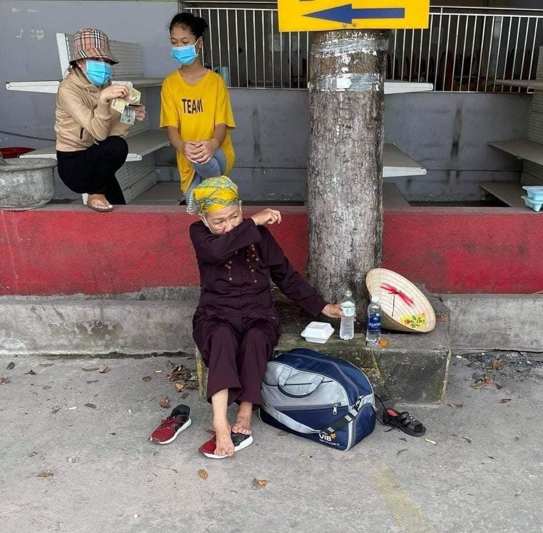 Cụ bà đi bộ hơn 1300 cây số từ TP.HCM về Nghệ An, mạnh thường quân cho tiền cũng không nhận vì chỉ muốn về nhà 3