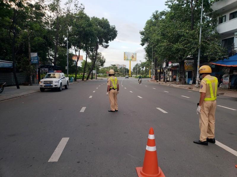 Sài Gòn không một bóng người sau 18h, ông bố vẫn bất chấp tất cả để lao ra đường mua bình oxy cứu con 5