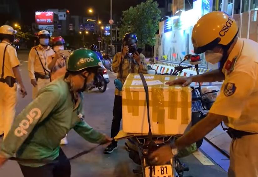Chú shipper vi phạm quy định ra ngoài sau 18h: Chiến sĩ CSGT có hành động ấm lòng trước hoàn cảnh đáng thương 5