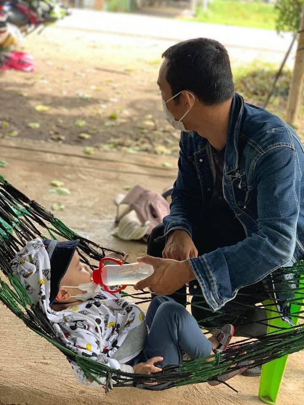 'Gà trống' địu con, một tay cầm lái một tay ôm bé vượt 1.300 km về quê: 'Đứa bé thiếu hơi mẹ nên cứ khóc ngặt suốt' 3