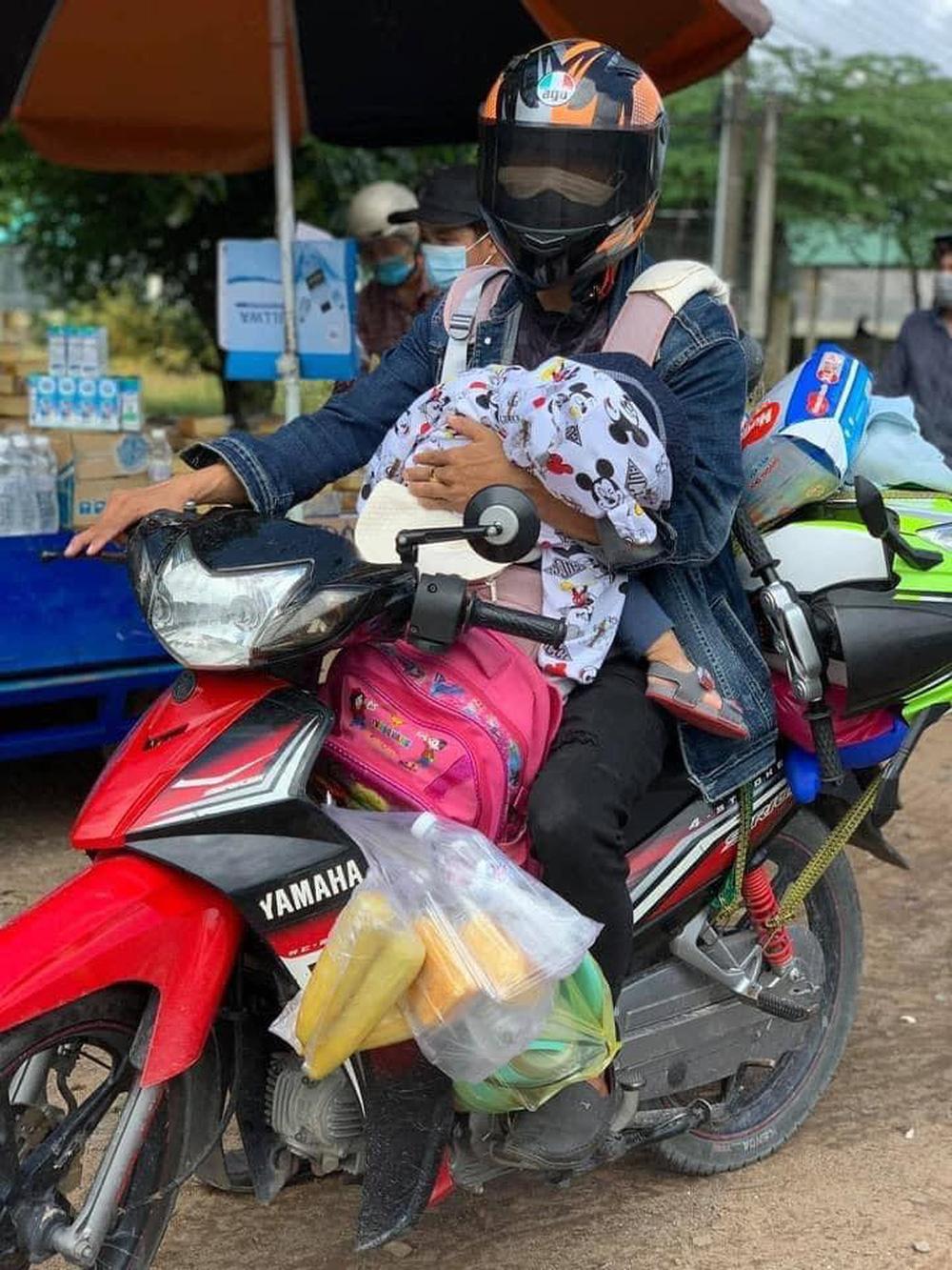 'Gà trống' địu con, một tay cầm lái một tay ôm bé vượt 1.300 km về quê: 'Đứa bé thiếu hơi mẹ nên cứ khóc ngặt suốt' 2