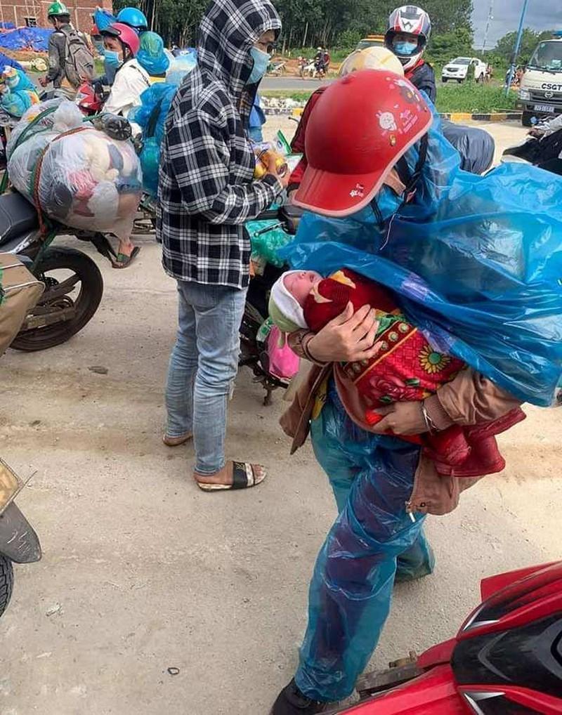 Bé 10 ngày tuổi cùng bố mẹ vượt 1.500 km về quê tránh dịch: Hành trình ngắn lại nhờ hai chữ 'đồng bào' 1