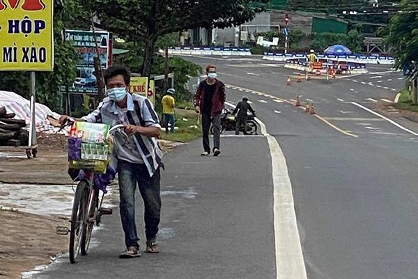 Đội nắng đi bộ hơn 400 km hồi hương vì bị kẻ gian lấy chiếc xe máy, 2 anh em nhận cái kết đẹp  2