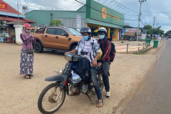 Đội nắng đi bộ hơn 400 km hồi hương vì bị kẻ gian lấy chiếc xe máy, 2 anh em nhận cái kết đẹp  4
