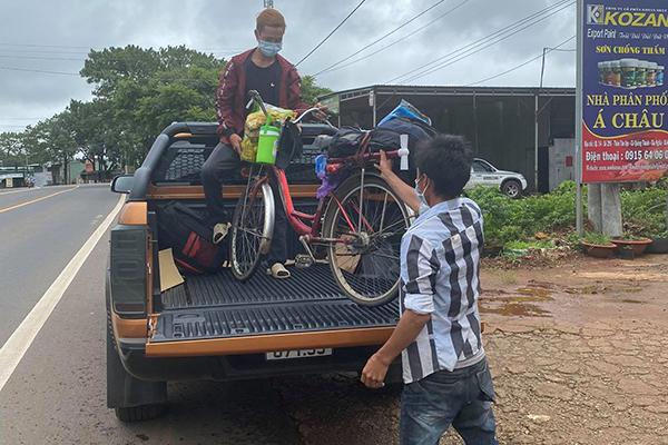 Đội nắng đi bộ hơn 400 km hồi hương vì bị kẻ gian lấy chiếc xe máy, 2 anh em nhận cái kết đẹp  3
